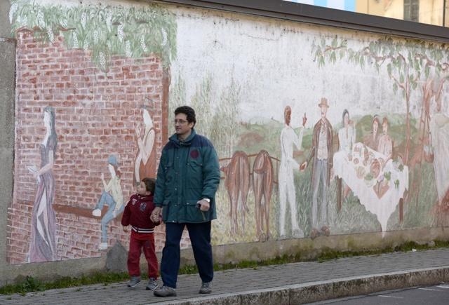 Abitanti di Dairago passeggiano lungo uno scorcio di vita rurale, per non dimenticare il passato.