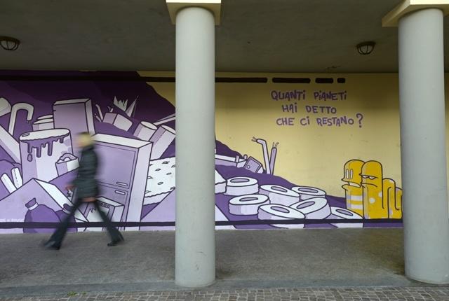 Al di là del palio, altri muri sono dipinti con opere di street art.