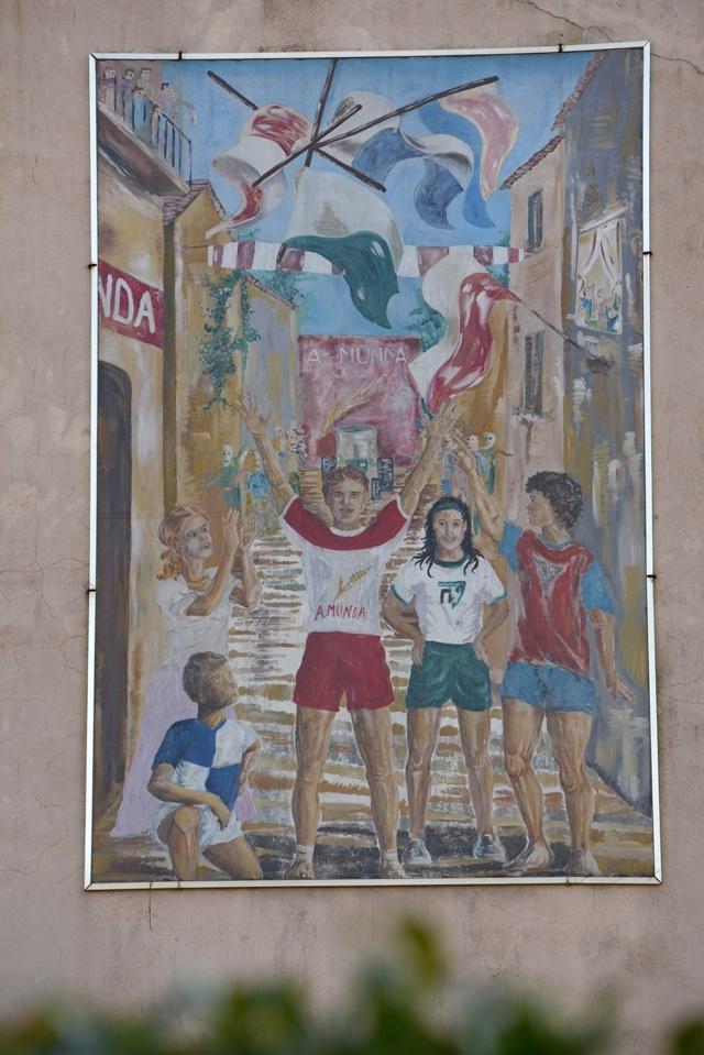 Murale che rappresenta i colori delle quattro contrade sfidanti al Palio di Dairago, manifestazione ludica e culturale di identità popolare la cui prima edizione risale al 1981 (2).