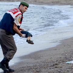 Quei 29 piccoli corpi che il mar Egeo riporta a terra e le domande che non ci faranno più