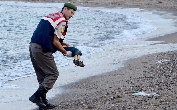 Quei 29 piccoli corpi che il mar Egeo riporta <br />a terra e le domande che non ci faranno più