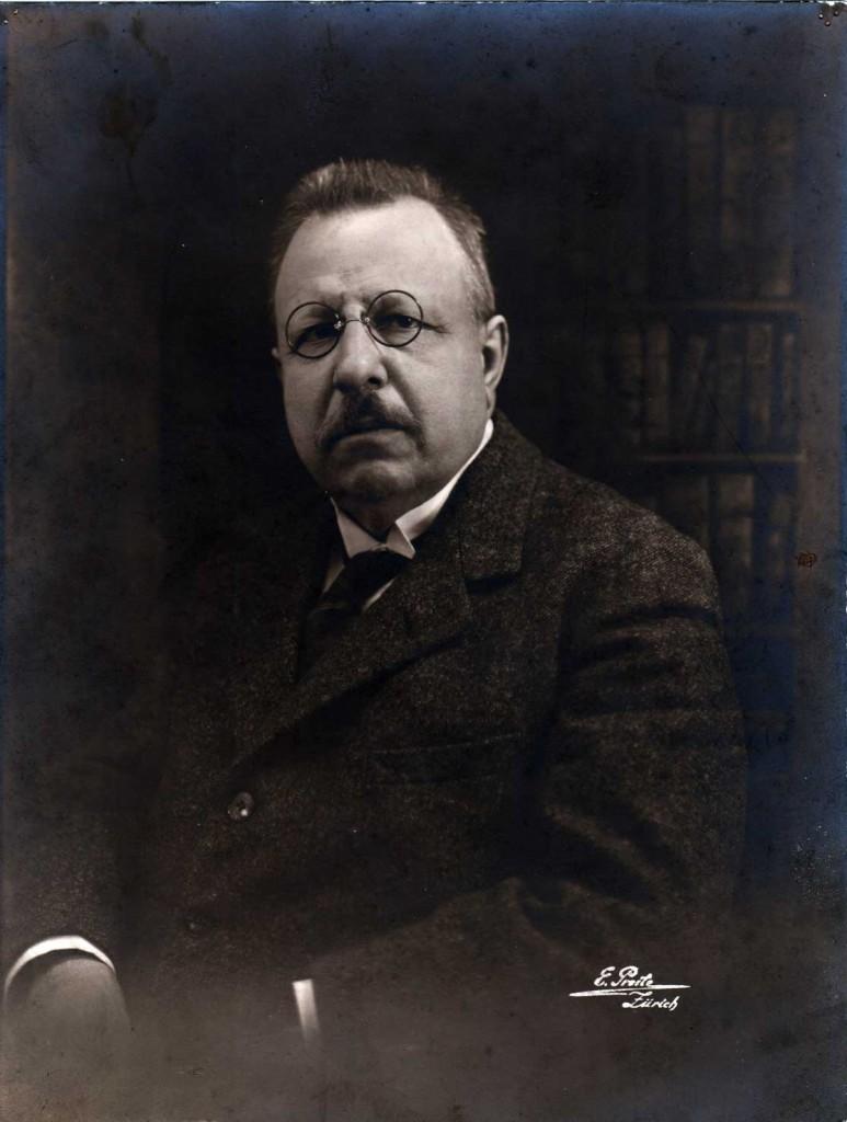 """La foto del secolo del buco nero <br />dà ragione a Einstein. E il genio <br />aveva visto giusto anche quando <br />scriveva a Croce: <i>""""Salvi l'Italia""""</i>"""