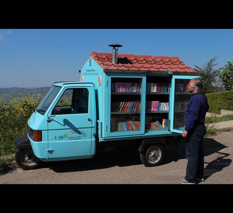 Il Vangelo secondo La Cava, <br />che con il <em>bibliomotocarro</em> <br />porta libri nei paesi lucani