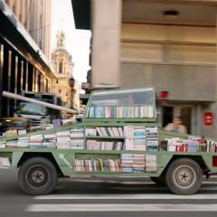 Il carro armato regala libri per strada: attenzione, questa è un'arma di istruzione di massa!