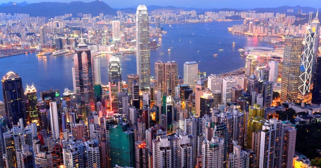 Quel viaggio in funicolare sulla cima di Hong Kong <br />che ti racconta la salita <br />di un tempio del capitalismo mondiale