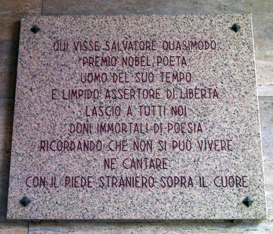 La targa dedicata a Salvatore Quasimodo...
