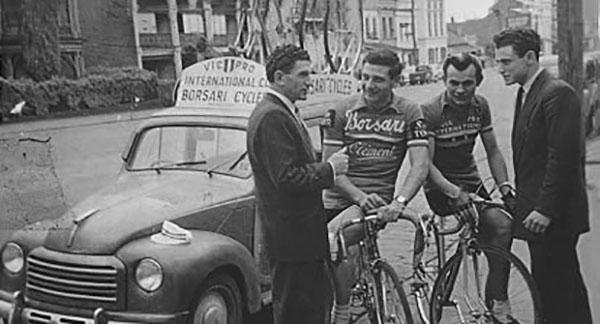 1952: da sinistra a destra, Nino Borsari con i ciclisti Angelo Catalano e Vince Cincis davanti a Borsari Cycles in Lygon Street, Carlton.