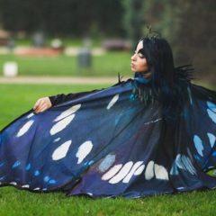 Una stilista spagnola trasforma semplici mantelle in leggiadre ali di farfalla da indossare