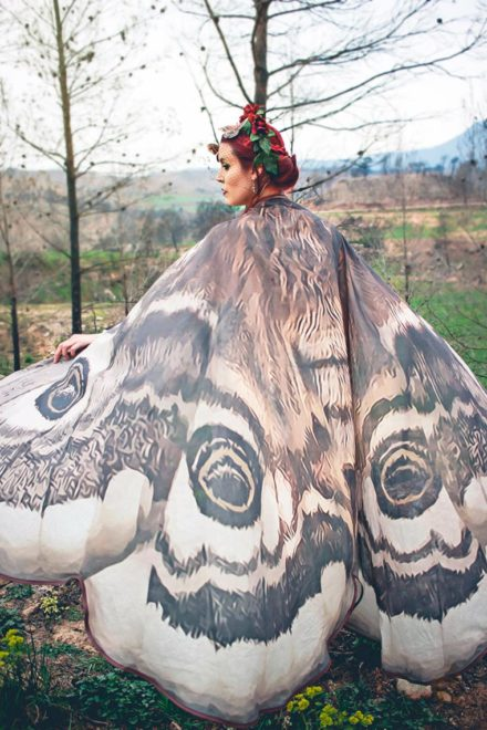 stilista-spagnola-alassie-mantelle-foulard-ali-farfalla-uccelli