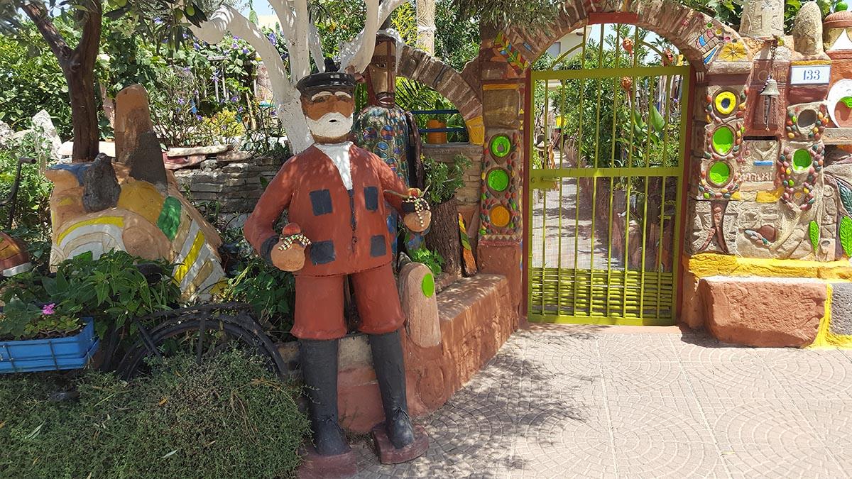 Nel giardino poetico di Paolo Concu, <br />curato con le mani sapienti <br />di maestro del colore e di umiltà