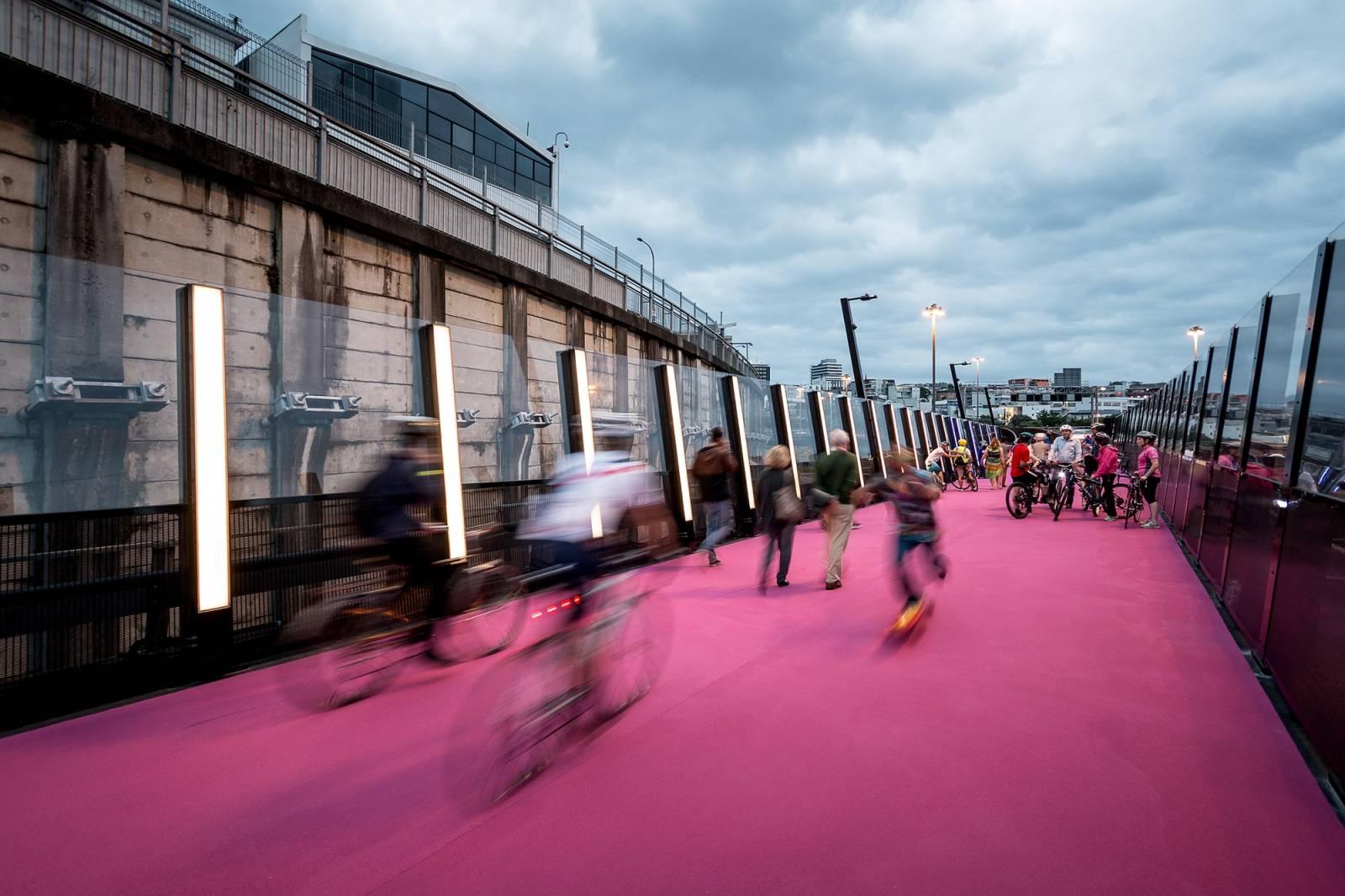 Rosa e illuminata a led: <br />è la ciclabile più bella del mondo