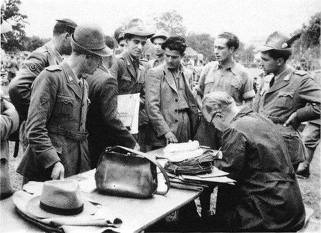 funzionari-svizzeri-registrano-fuggiaschi-italia-1943-1945