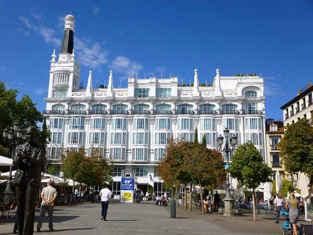 Madrid-Plaza_de_Santa_Ana-Hotel_ME_Madrid_Reina_Victoria_Edificio_Simeón