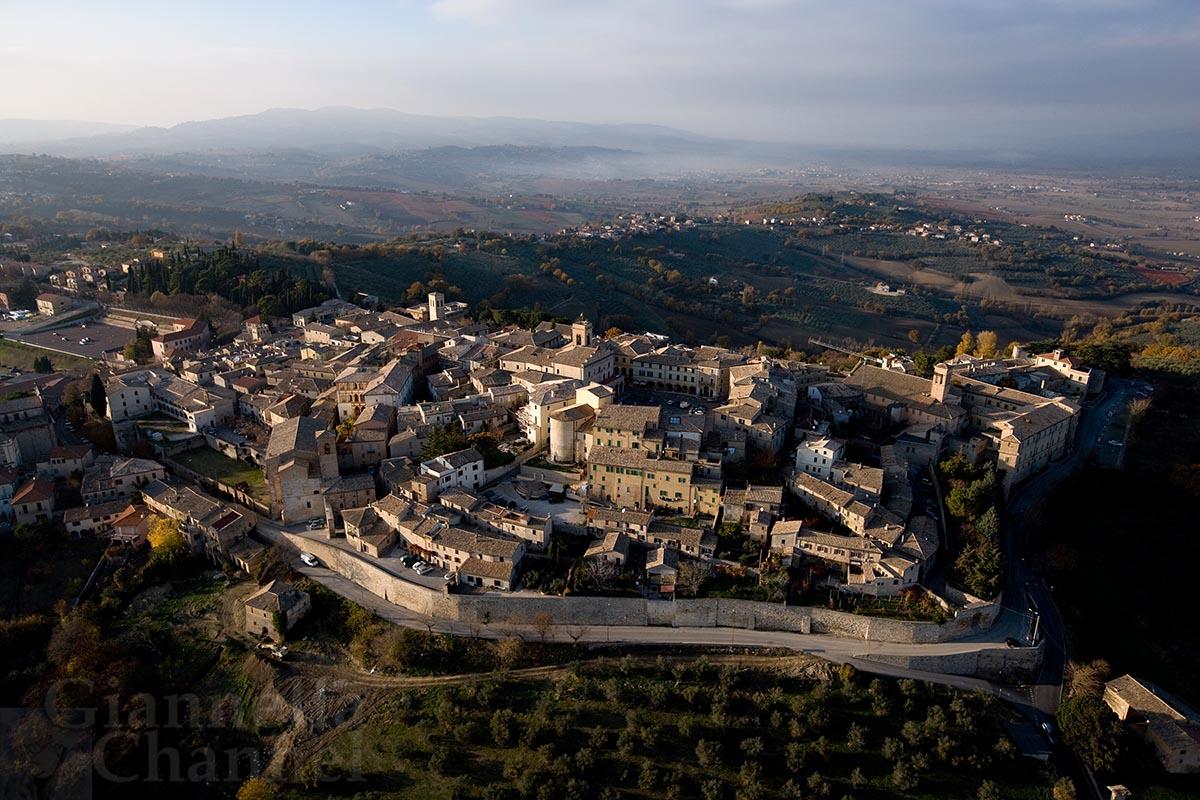 Montefalco, il borgo <em>cult & colt</em> <br />che raccontai come modello <br />ideale per la piccola Italia