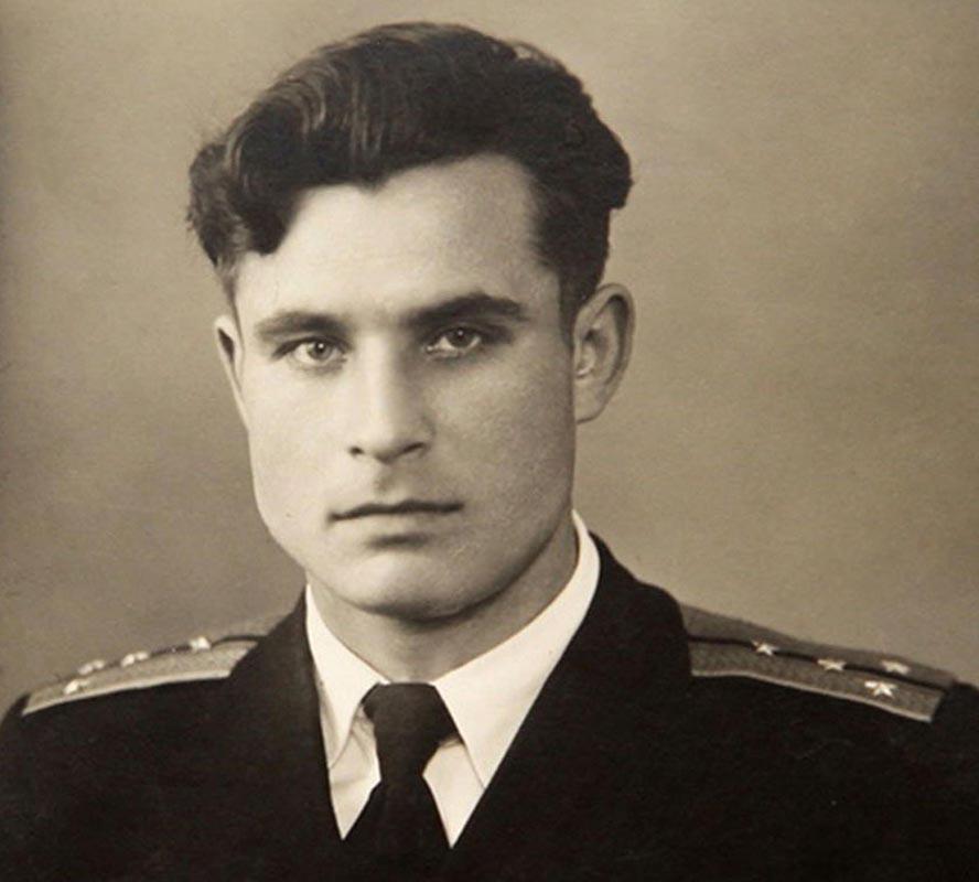 1962, il mondo fu salvato <br />da un capitano coraggioso <br />che col suo NO evitò <br />l'Apocalisse nucleare