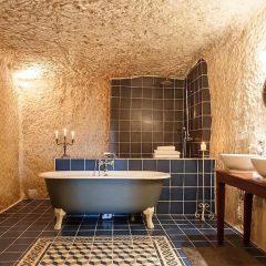 Compra una grotta per un solo euro e la trasforma in un bed & breakfast