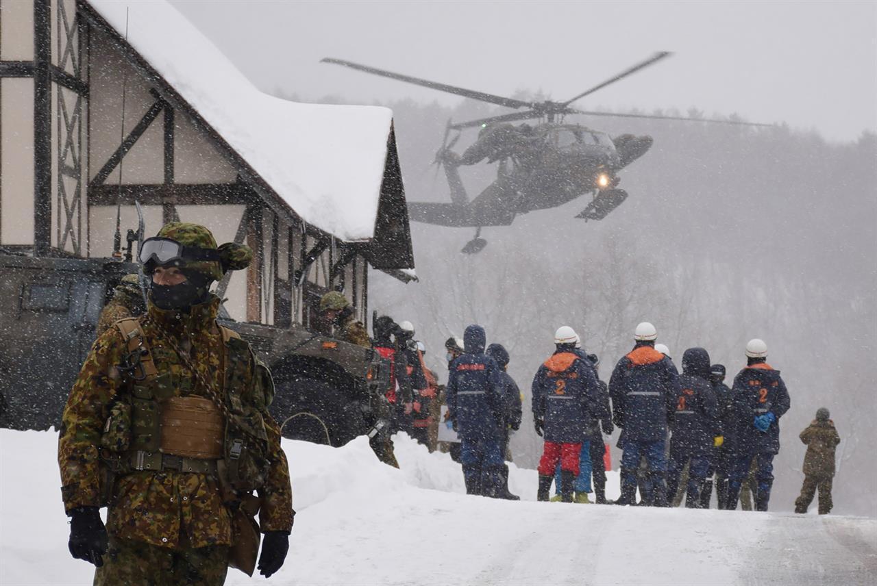 Eroismi d'oggi: il sergente giapponese <br />si sacrifica per salvare <br />un suo soldato durante un'eruzione