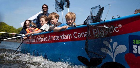 Ad Amsterdam a pescar plastica nei canali
