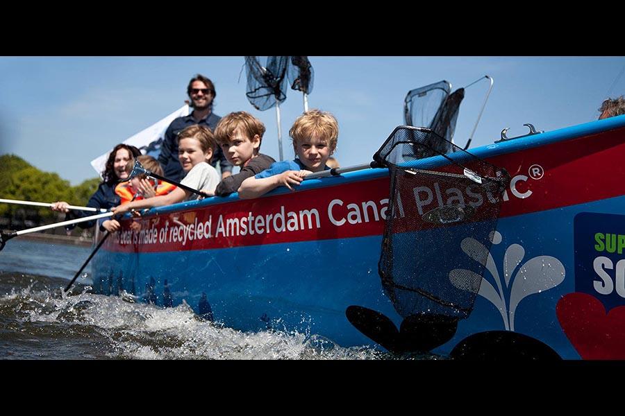 Ad Amsterdam a pescar <br />plastica nei canali
