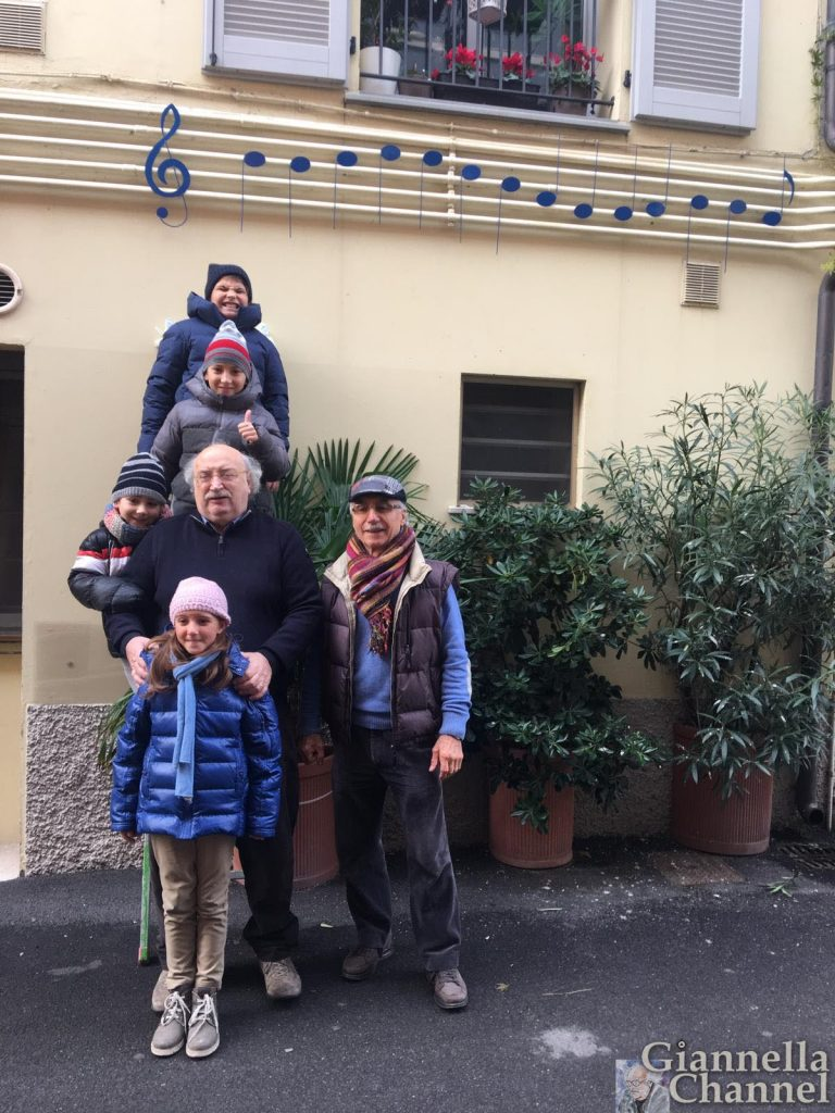 Salvatore Giannella con i quattro nipoti e l'artigiano-artista Francesco Sami in via Semprini, nel borgo dei pescatori di Cesenatico