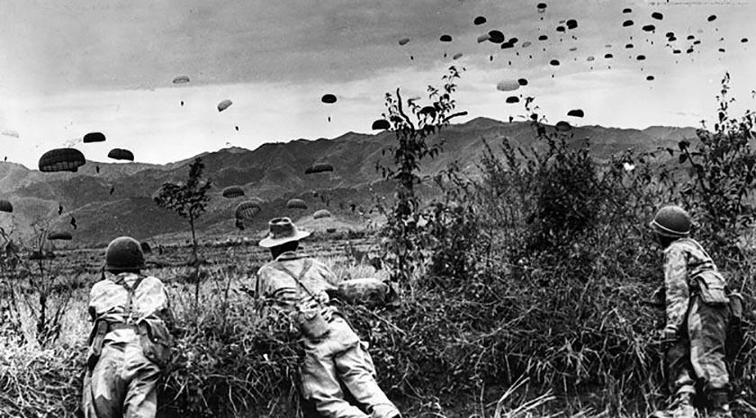 Dien Bien Phu (Vietnam), 1954: i francesi, assediati, sperimentano le forniture di carburante all'esercito circondato dalle truppe del generale Giap, paracadutando sacchi di iuta pieni di benzina solida
