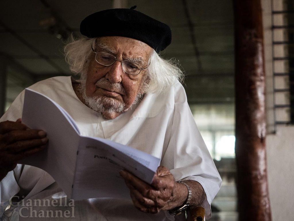 Ernesto Cardenal al centro des escriptores nicaraguenses