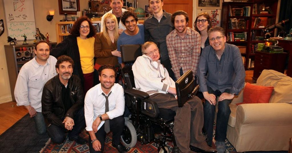 Il cast di The Big Bang Theory con Stephen Hawking.