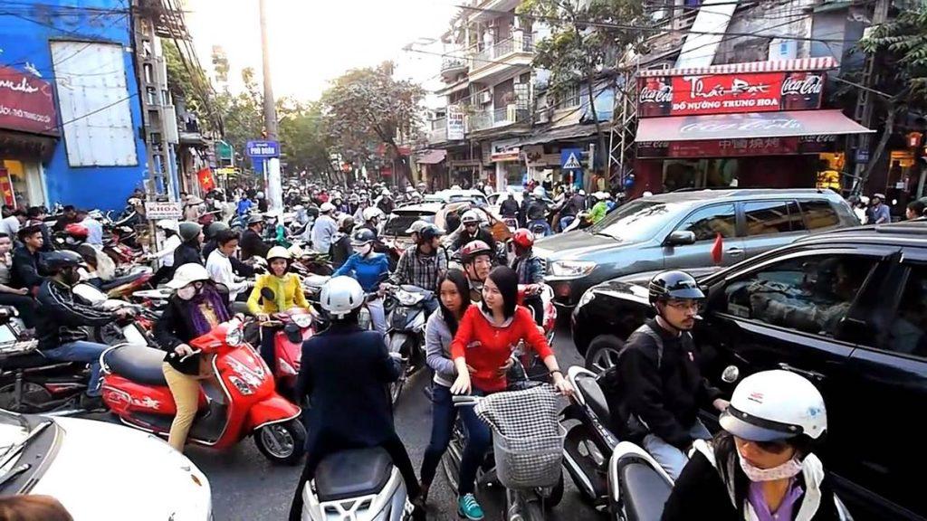 Hanoi, il traffico cittadino. L'80 per cento degli spostamenti avvengono su due ruote.