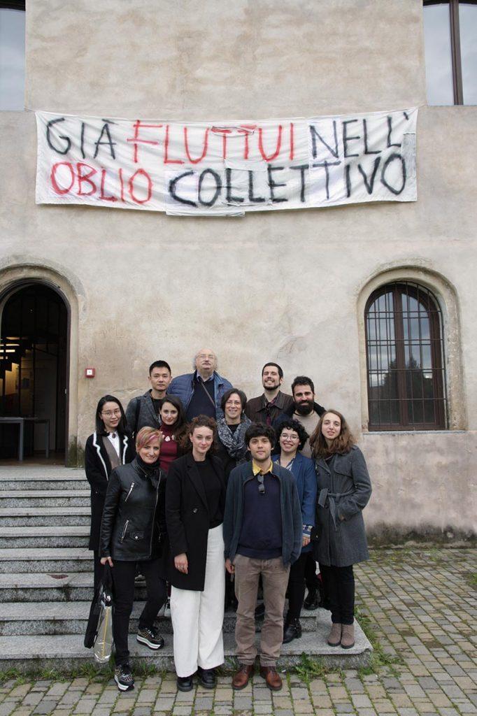 """Cassina de' Pecchi (Milano). Gli artisti della mostra """"Transcription. Copia in movimento"""" all'ingresso del MAiO. In alto al centro, l'ideatore del museo, Salvatore Giannella."""