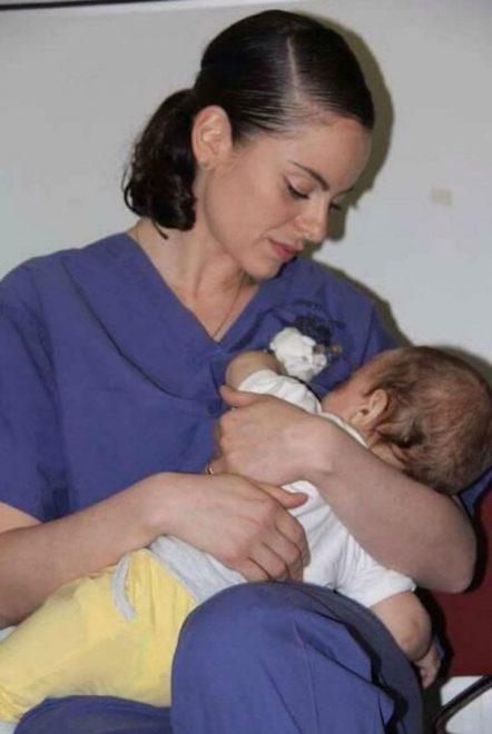 Ula Ostrowski-Zak mentre allatta il bimbo palestinese di nove mesi