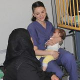 Storie: l'infermiera israeliana che allatta il bimbo di una donna palestinese in coma