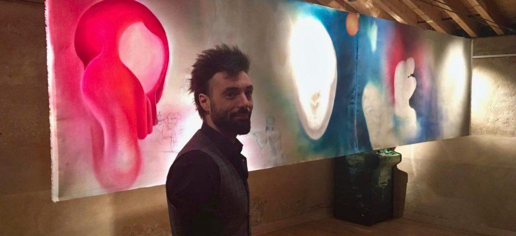 Mauro De Carli davanti all'opera donata