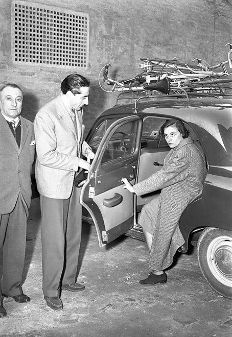 Bologna 1950: Fausto Coppi con la moglie Bruna a comprare vestiti dopo la gara.
