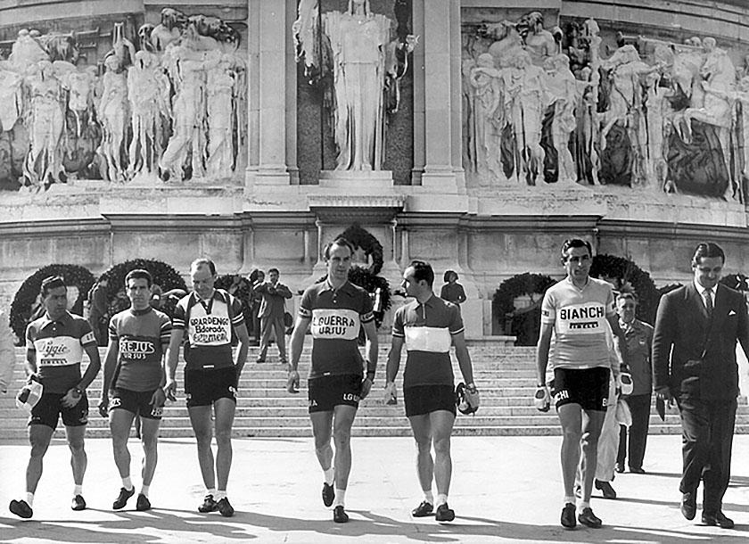 Roma, 27 aprile 1955. Fausto Coppi in visita all'Altare della Patria in occasione del VI Gran Premio ciclomotoristico