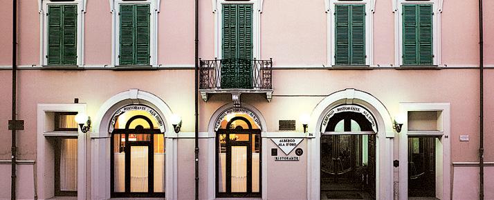 La facciata dell'hotel Ala d'Oro