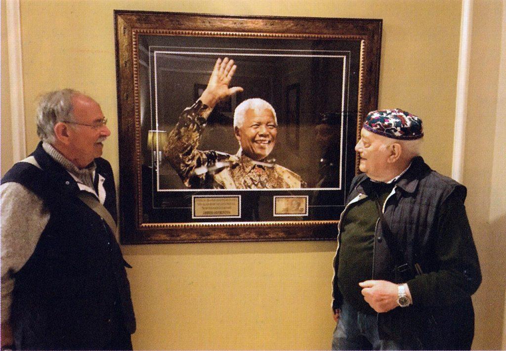 Sudafrica. Peppino Beltotto e Peppino Lupo davanti al quadro di Nelson Mandela