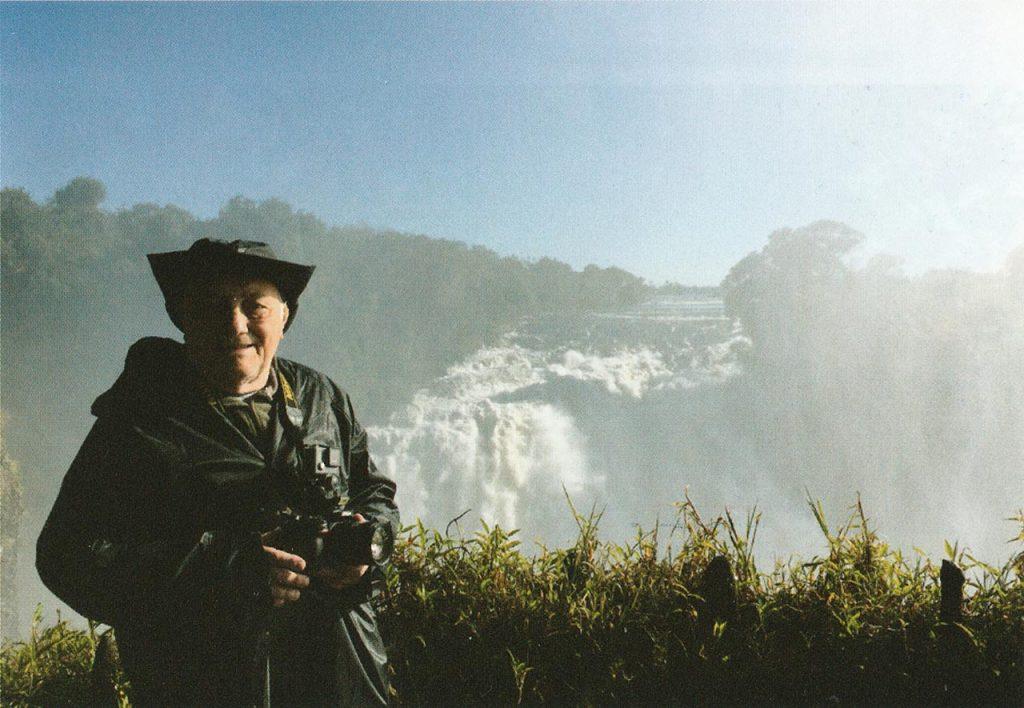 Peppino Lupo davanti alle cascate di Victoria Falls in Zambia