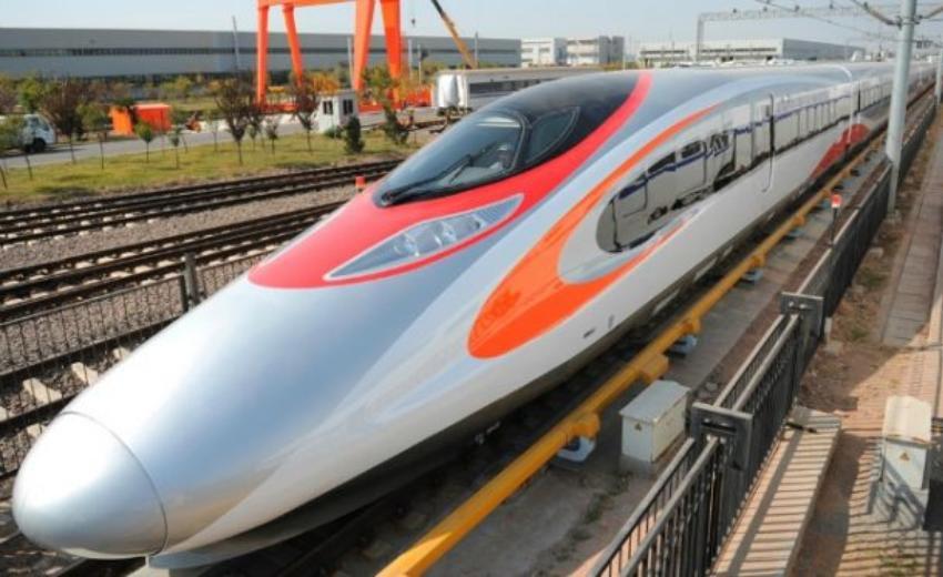 Il treno ad alta velocità da Hong Kong a Guangzhou Canton, partito nell'autunno 2018, sulla linea Canton-Shenzhen-Hong Kong. Segna una pietra miliare fondamentale verso l'obiettivo di una vasta zona economica integrata nel Sud della Cina, che nelle intenzioni di Pechino dovrebbe rivaleggiare con metropoli quali Tokyo e New York