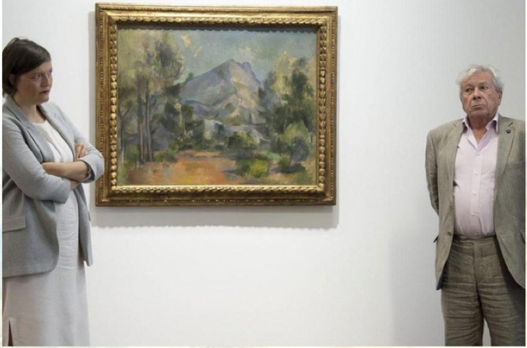 Paul Cézanne, La Montagne Sainte Victoire, 1905. A sinistra, Nina Zimmer, direttore del Kunstmuseum di Berna; a destra, Philippe Cézanne, pronipote di Paul Cézanne.