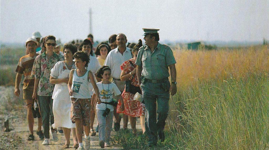 Guerrino Gori mentre guida una passeggiata ecologica nella riserva di Cervia.