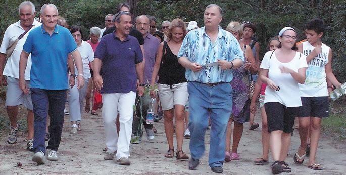 Una delle recenti passeggiate in pineta condotte da Guerrino Gori e dallo storico locale Renato Lombardi