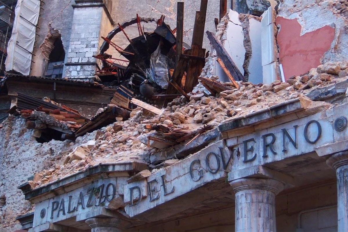 Dieci anni fa l'allarme e le macerie: <br />con <em>Magnitudo</em> Carlo Grande ci fa rivivere <br />il dramma del terremoto dell'Aquila
