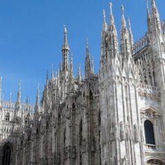 Il sindaco di Milano promuove in video la città d'agosto. (E noi riproponiamo le storie dei vip storici, Einstein in testa, da leggere sui muri)