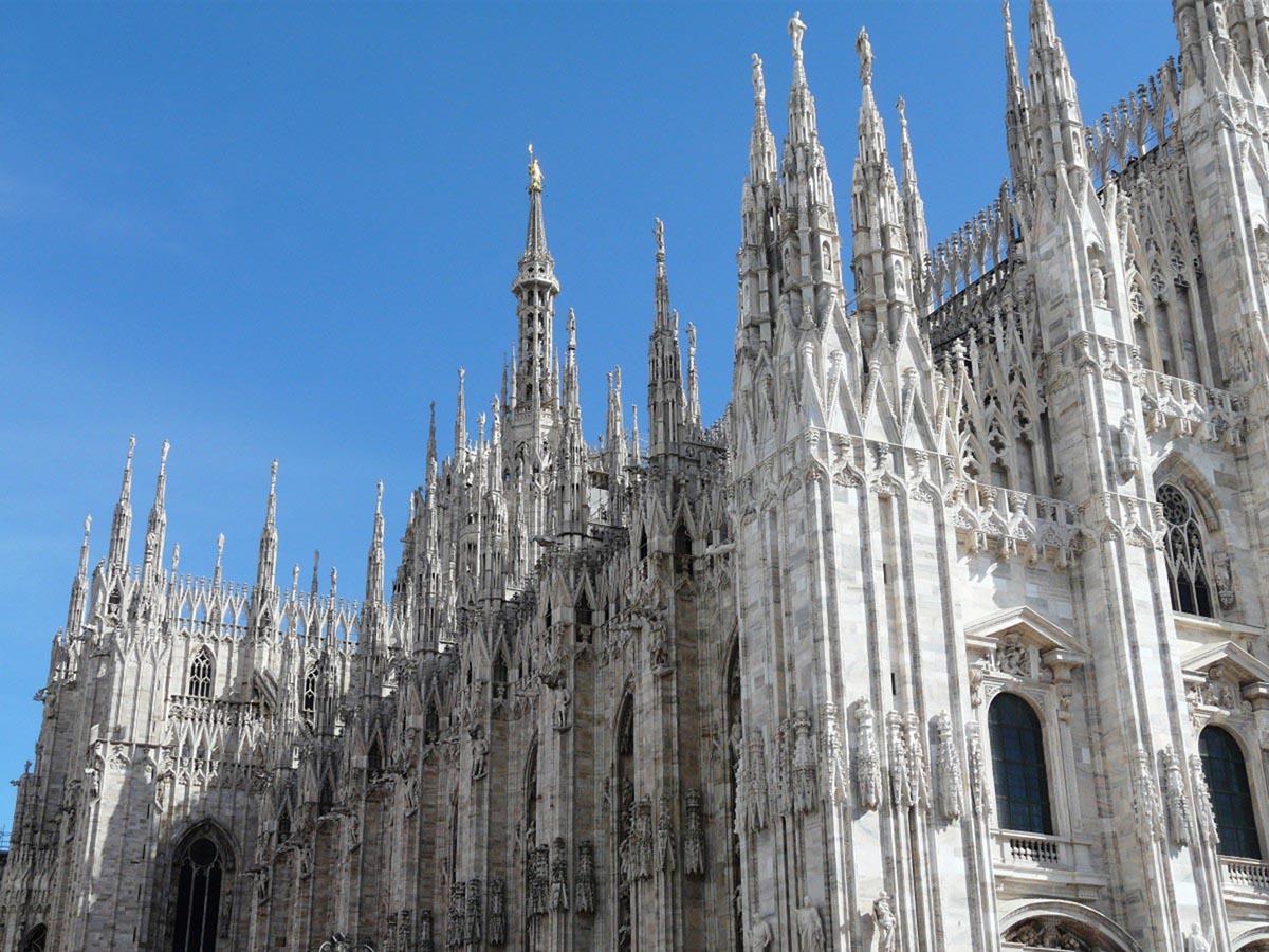 Cosa fare a Milano ad agosto: il sindaco la promuove in video. (E noi riproponiamo le storie dei vip storici, Einstein in testa, da leggere sui muri)