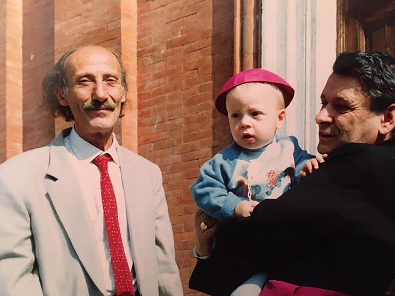 Gianni Giannini con monsignor Paolo Rabitti (che tiene in braccio il nipote di Gianni, Gregorio). Rabitti è stato per nove anni vescovo di San Marino e del Montefeltro