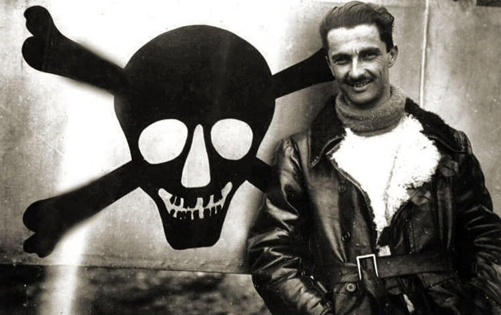 Fulco Ruffo di Calabria nel 1917. Tutti gli aerei dell'asso del Servizio Aeronautico del Regio Esercito avevano dipinto sulla fusoliera un teschio nero con due ossa incrociate