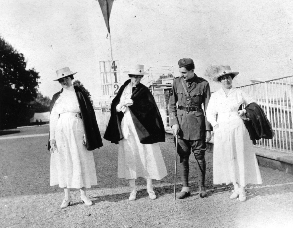 Hemingway a San Siro nel 1918 in compagnia d Agnes von Kurowsky - seconda da sinistra - e di altre due crocerossine americane