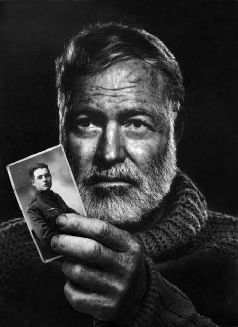 """Hemingway mostra la sua foto in divisa da """"sottotenente onorario"""" confezionata dal sarto milanese Spagnolini"""