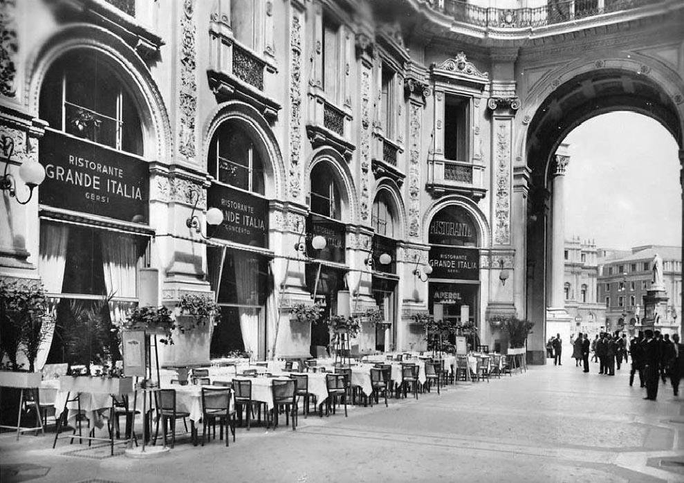 """Il ristorante """"Grande Italia"""" in Galleria Vittorio Emanuele II a Milano, lato Scala"""