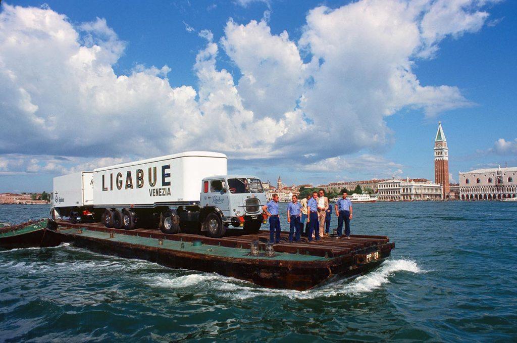 Uomini e mezzi della Ligabue Spa a bordo di una chiatta nel bacino di San Marco, anni Settanta. (Archivio Gruppo Ligabue)